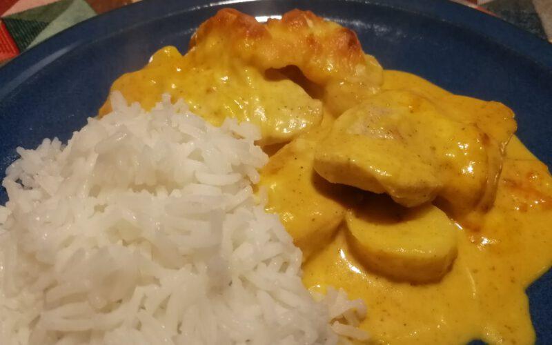 Putensteak mit Bananenstücken in leckerer Curry-Sahne